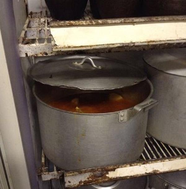 Стали бы вы есть такой суп, если бы видели, что он так хранится? Думаем, что нет