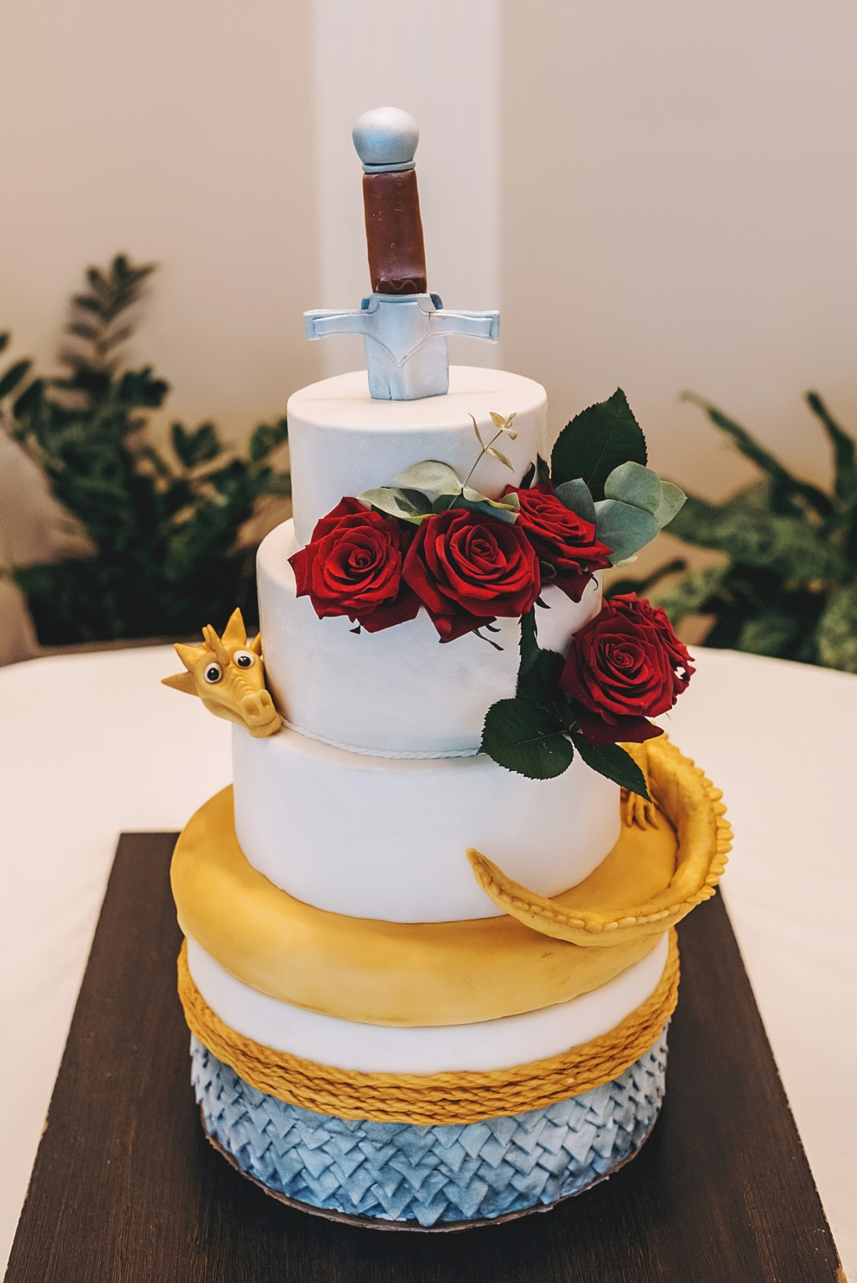 Даже торт охранял дракон