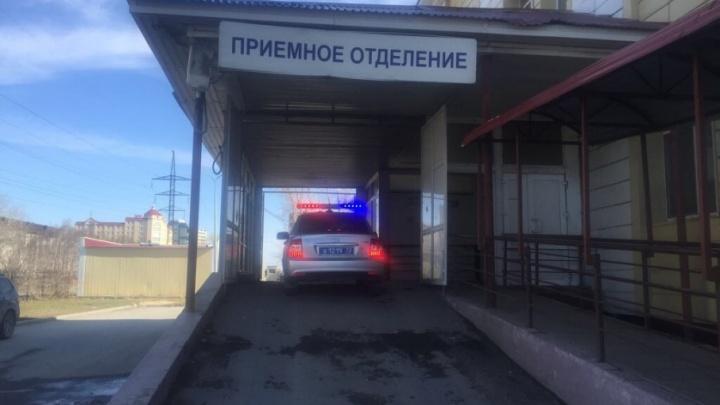 Тюменские инспекторы ДПС довезли в больницу мужчину, которому отрезало пальцы циркулярной пилой