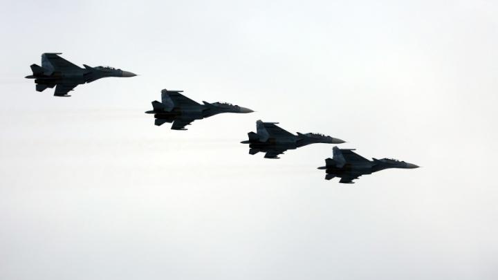 Парад в центре Волгограда завершили боевые самолеты и вертолеты