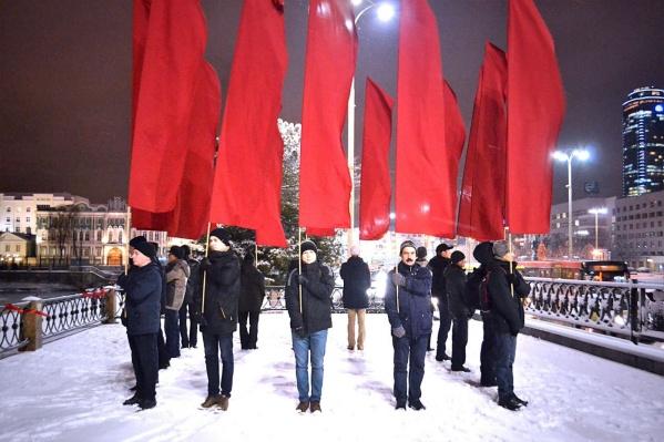 16 красных знамен.