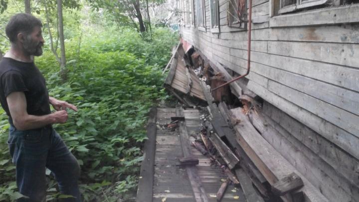 В Архангельске администрация признала сошедший со свай дом безопасным для жизни