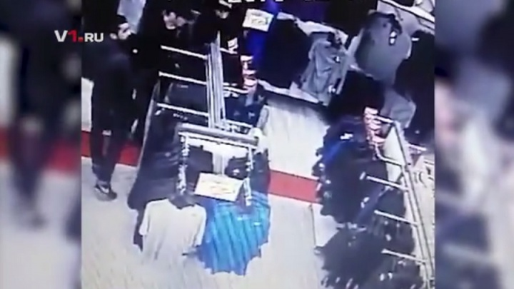 Полиция по видео ищет кавказцев, обокравших «Спортмастер» в центре Волгограда