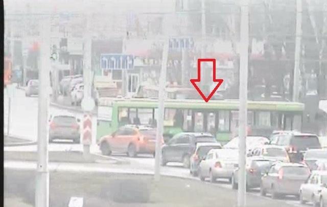 Из-за ДТП в Перми автобус перегородил движение по шоссе Космонавтов в сторону центра