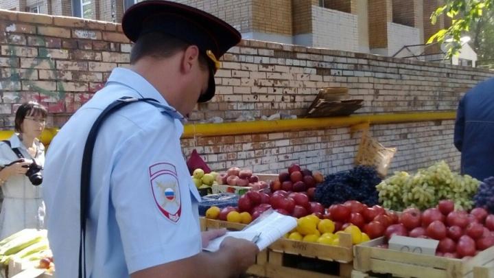 Один сбежал, двоих оштрафовали: на улице Челюскинцев ловили торговцев-нелегалов