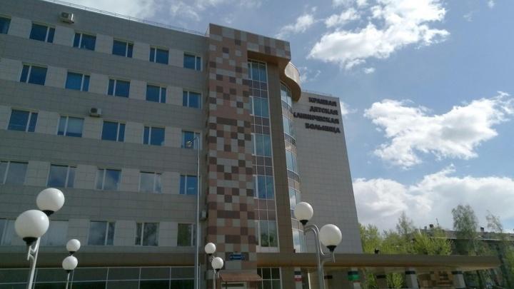«Пошли за сигаретами»: маму выпавшей с пятого этажа девочки в Лысьве допросили следователи