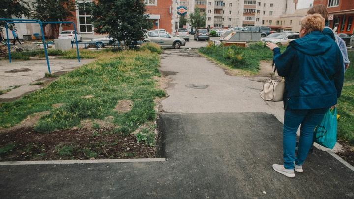 Благоустройство по-тюменски: смежную территорию двух домов оставили без ремонта