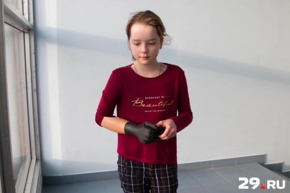 Вика уже два месяца тестирует бионический протез — она первая девочка в России с таким уникальным опытом