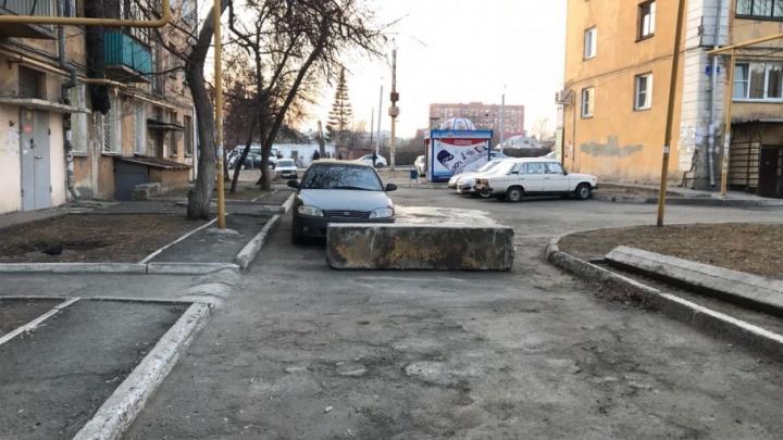«Уселись на блок, чтобы его не увезли»: десятки машин челябинцев оказались заблокированы во дворе