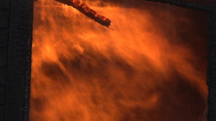 Ночью в Соломбальском округе подожгли склад