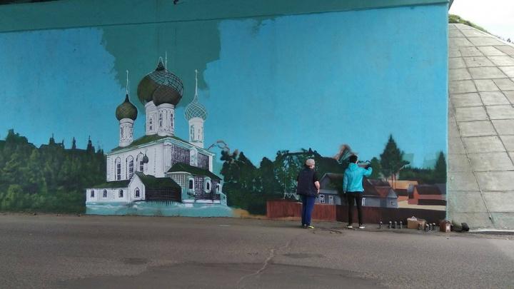 Октябрьский мост в Ярославле разрисовали граффити