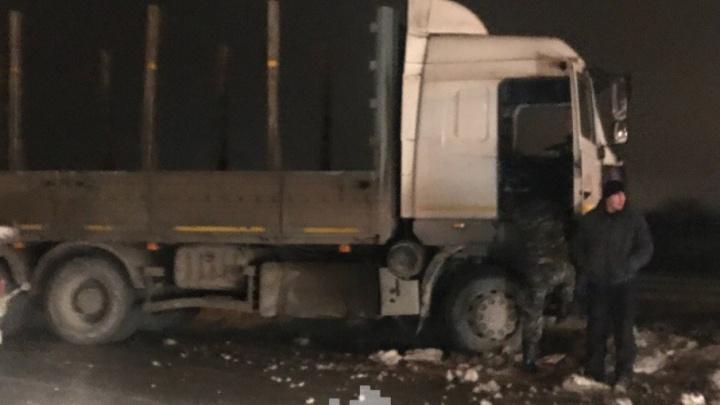 «Фуру занесло и сложило пополам»: у Красавинского моста автомобилисты встали в пробку из-за аварии