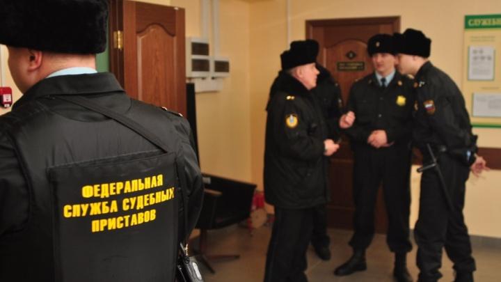 В Архангельске судебный пристав спасал должников от внимания ведомства