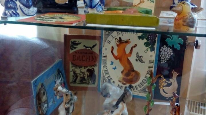 Шоколадная серия книг и фарфоровые герои басен: в Челябинске открылась выставка о Крылове