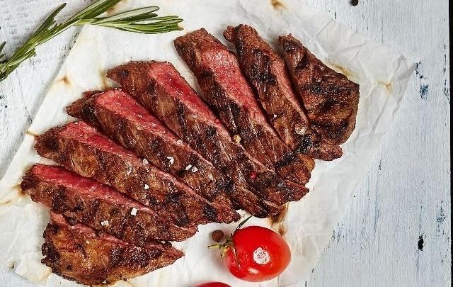 Пережить жару со вкусом: где отведать настоящие стейки и редкие деликатесы только с огня