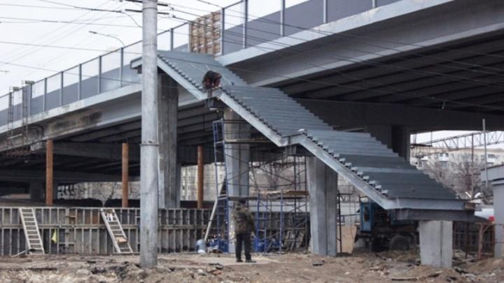 В Волгограде доделывают лестницы Комсомольского моста