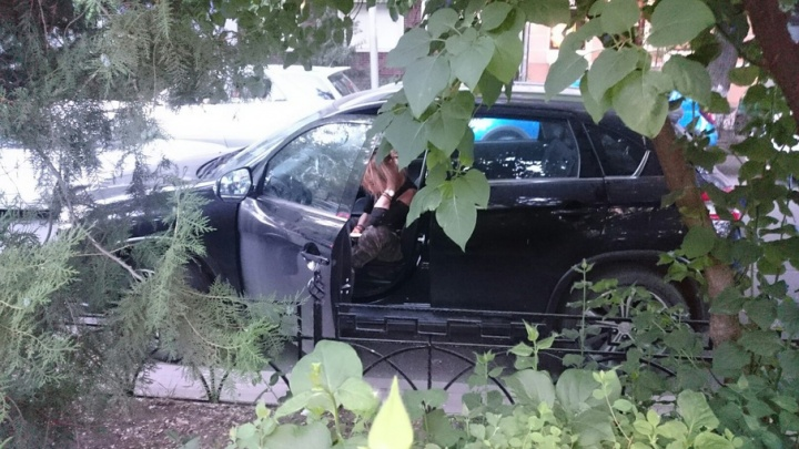 Севшую за руль пьяную девушку поймали прохожие в центре Ростова