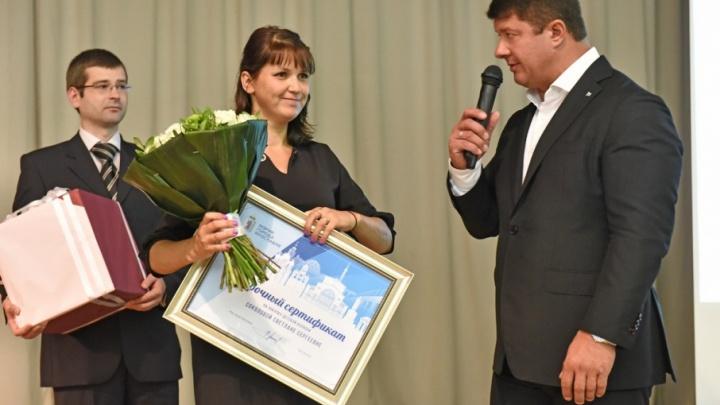 Мэр Ярославля наградил беременную женщину, спасшую тонущего мальчика