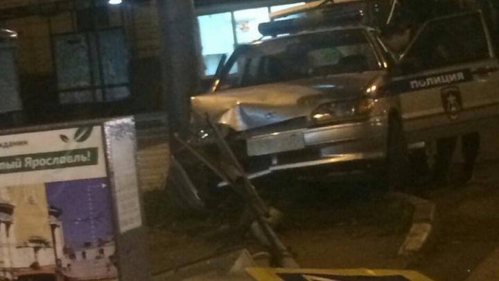 В центре Ярославля машина Росгвардии влетела в столб на тротуаре
