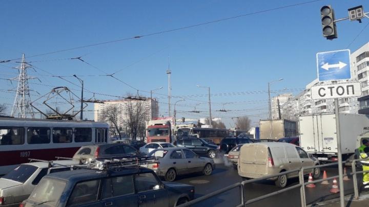 «Стоим как проклятые»: на пересечении Московского шоссе и Ново-Вокзальной отключили светофор