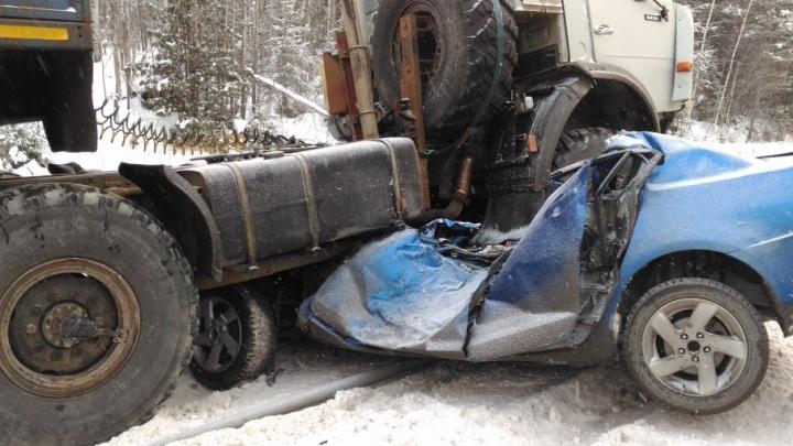 КАМАЗ раздавил иномарку на тюменской трассе, два человека погибли