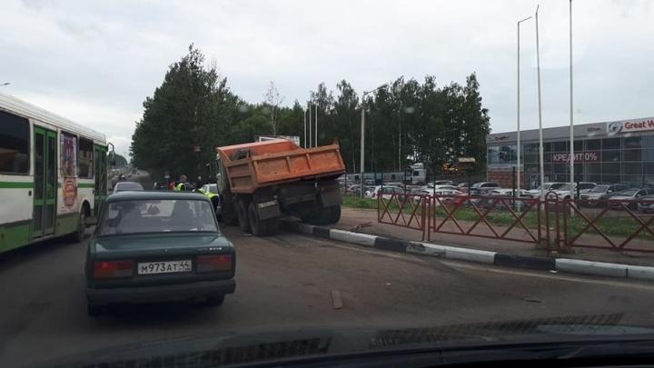 В смертельном ДТП в Ярославле погибла женщина: фото