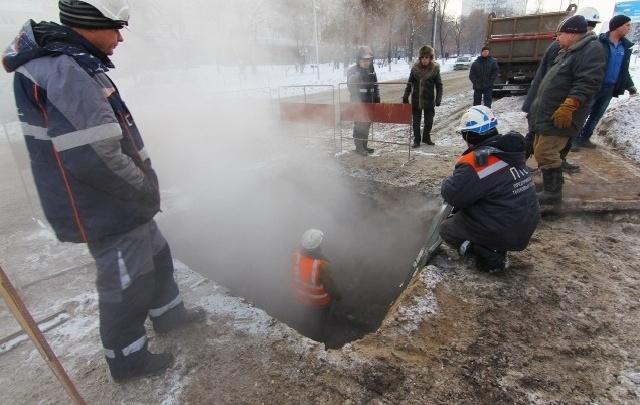 В Самаре на пересечении проспекта Карла Маркса и Ташкентской прорвало теплотрассу