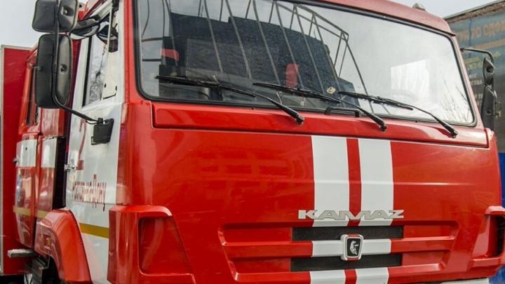 Спасатели потушили пожар на балконе квартиры на Орбитальной