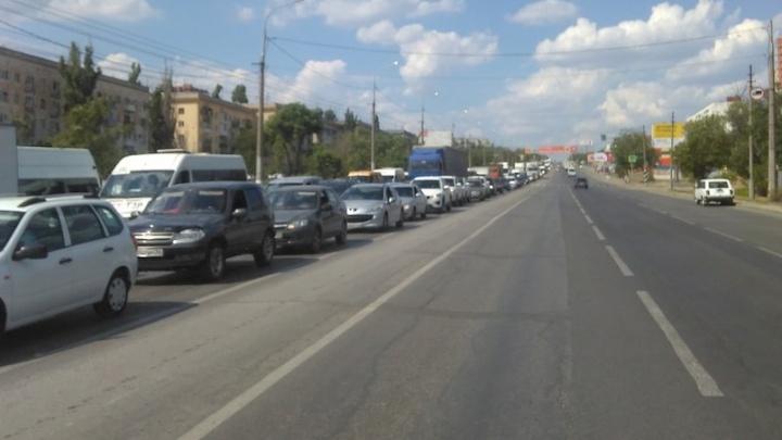 Вторая Продольная Волгограда встала из-за аварии в пятикилометровой пробке