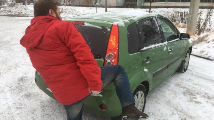 Психанул: парень разбил автомобиль нахамившей соседки