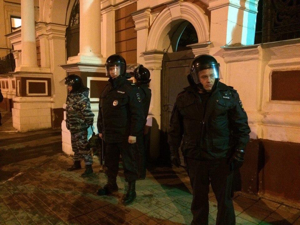 Полицейским пришлось около часа держать оборону здания