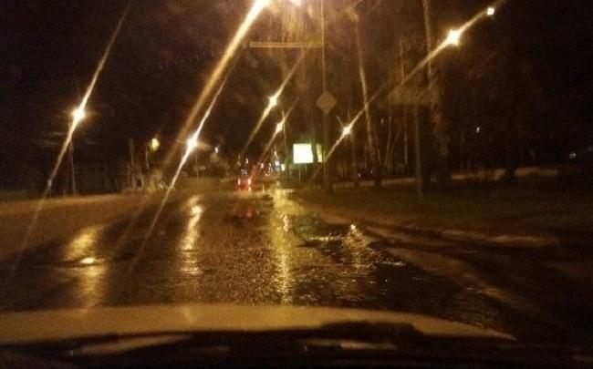 Из открытого люка в Ярославле затопило целый проспект