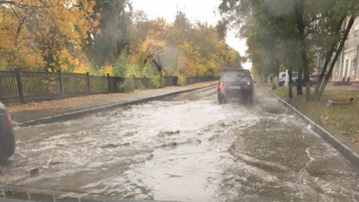 В Волгограде после дождя ушел под воду малый проспект Ленина