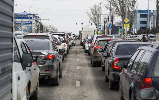 Пешком быстрее: в Ростове на Шеболдаева зафиксированы самые длинные пробки