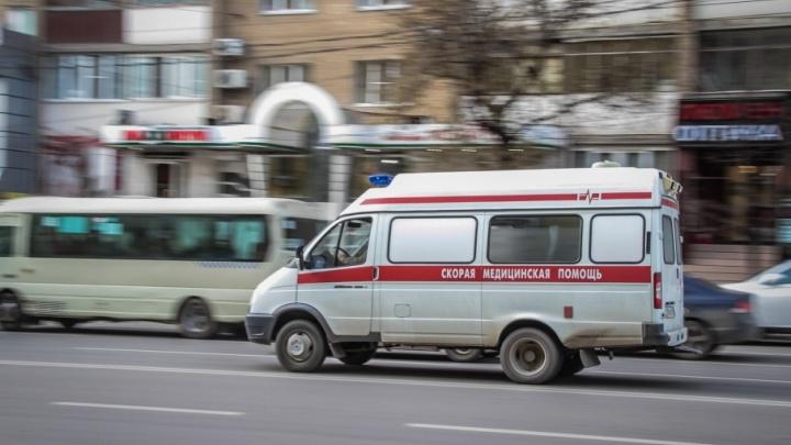 Водитель иномарки заехал на полосу, предназначенную для общественного транспорта, и сбил ростовчанку