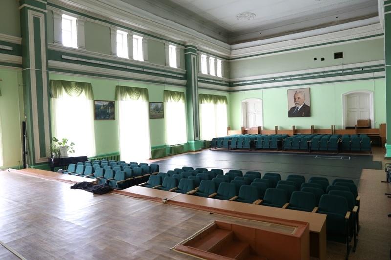 В актовом зале раньше проходили балы