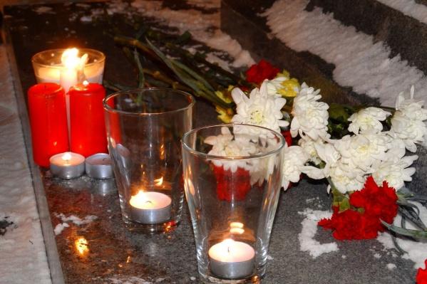 Цветы возложили у памятника Петру I на Плотинке.