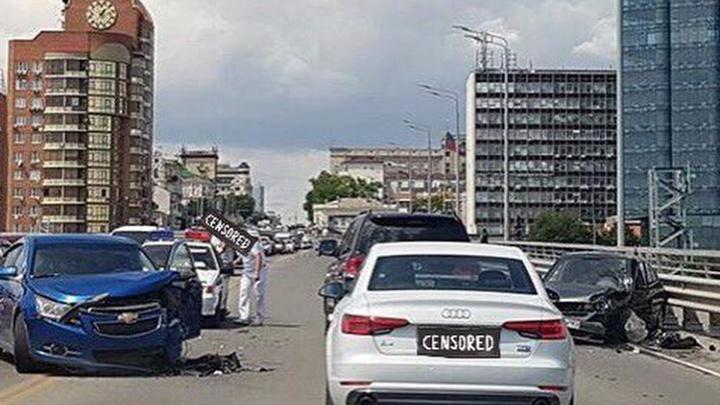 В Ростове на Ворошиловском мосту автомобиль свадебного кортежа попал в аварию