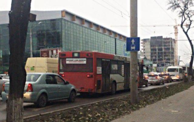 Пробка в обе стороны: в Ростове столкнулись тягач с троллейбусом и Toyota