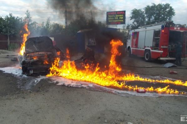 Машина сгорела дотла.