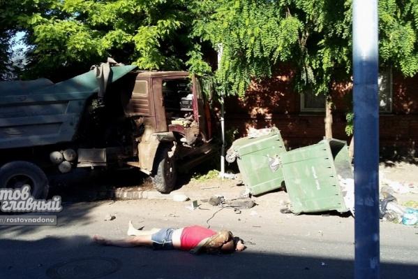 Водитель КАМАЗа выпал из салона на дорогу