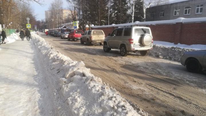 В Ярославле власти отложили уборку дороги, где застревали скорые