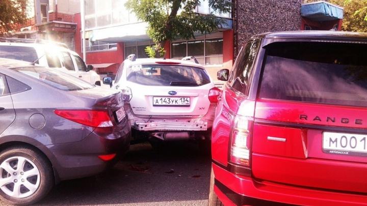 В центре Волгограда Hyundai без водителя протаранил две дорогих иномарки