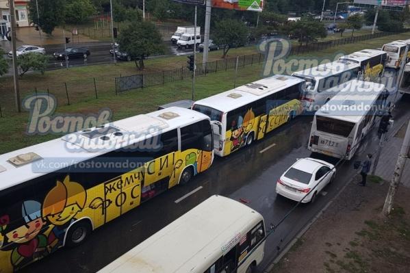 Шесть автобусов получили механические повреждения
