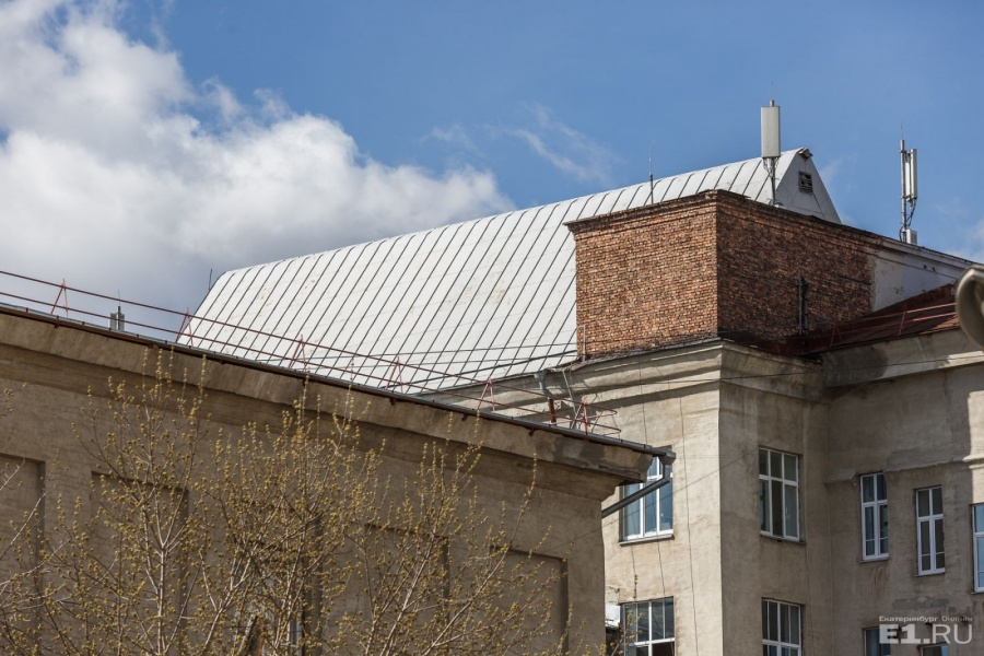 Остроконечная крыша — это большой чертёжный зал, когда-то на месте этой крыши был шедовый фонарь, как в заводских цехах.