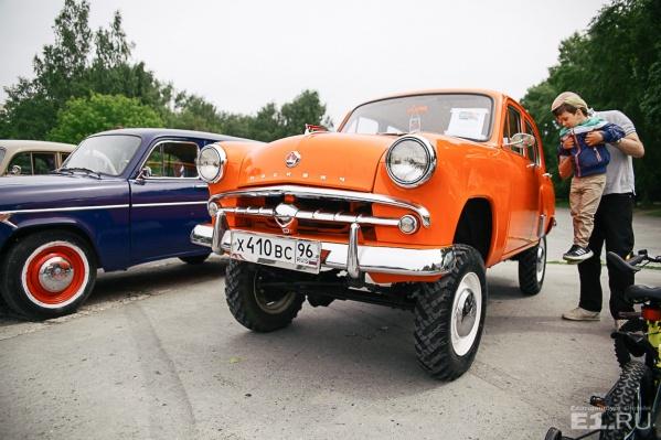 Ежегодно в выставке принимают участие сотни ретроавтомобилей.