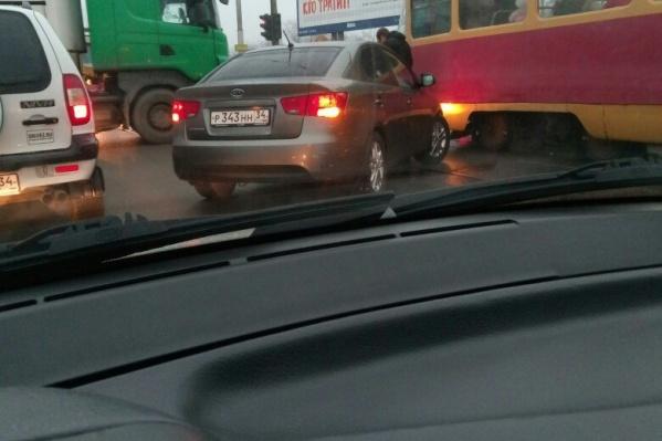 По словам очевидцев, водитель не заметил проезжавшего трамвая