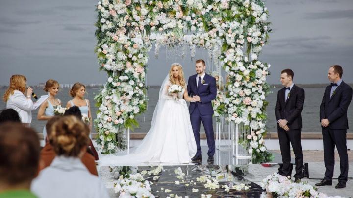 Челябинский хоккеист на свадьбу прилетел к невесте на вертолёте