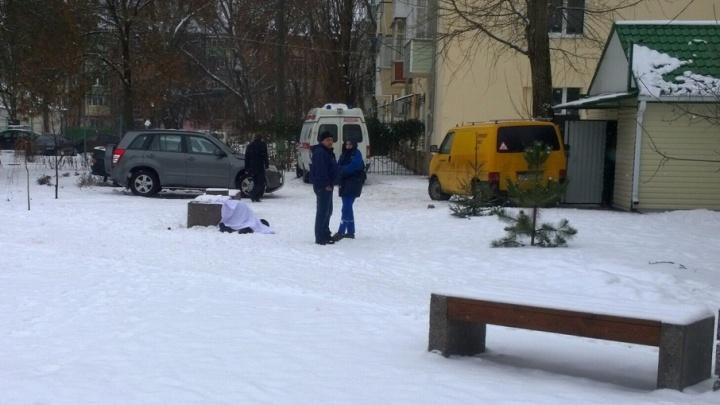 В центре Азова насмерть замерз мужчина