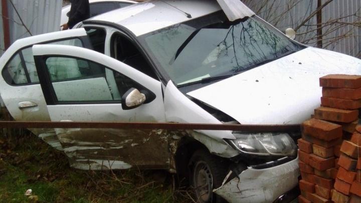Заглянул на огонек: в Ростове водитель Renault, снеся забор, влетел во двор частного дома